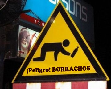 Cartel de borrachos en la via